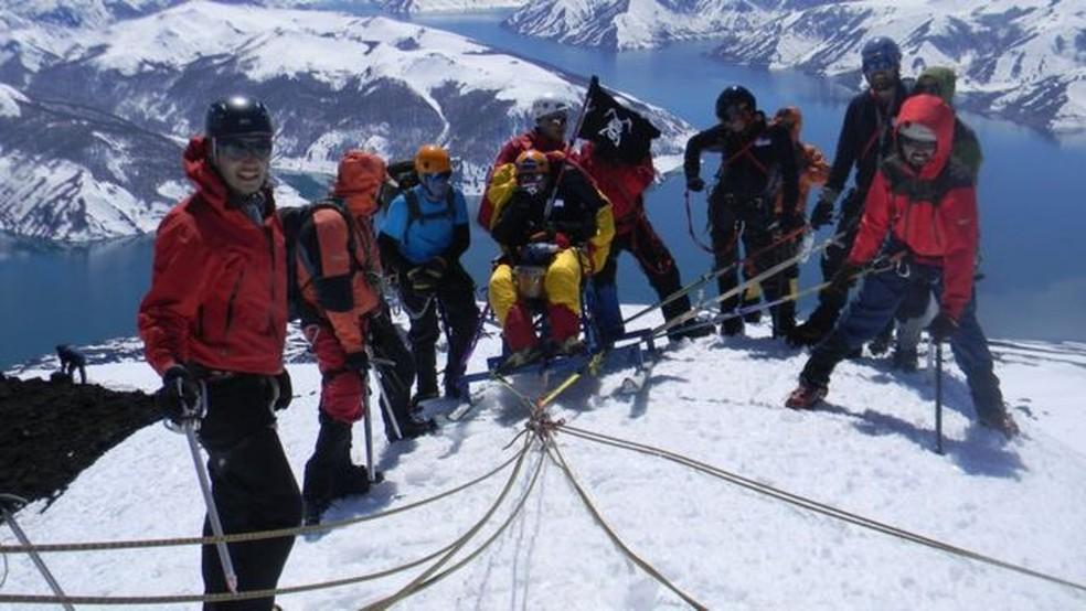 Em 2 de outubro de 2011, Gabriel e seus amigos conseguiram chegar ao cume do vulcão Antuco, localizado a cerca de 600 km ao sul da cidade de Santiago — Foto: PROYECTO PANZER/BBC