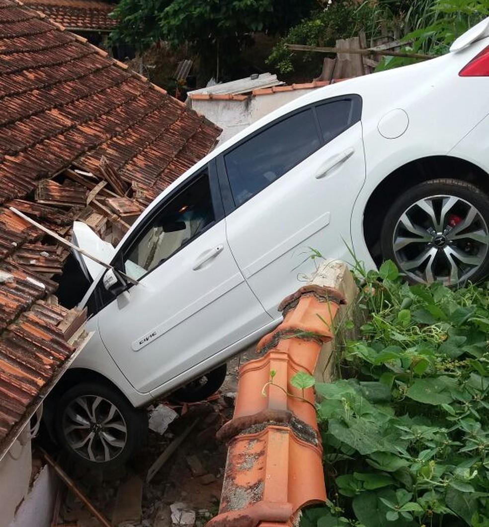 Carro parou em cima do telhado de casa em Brazópolis (MG) (Foto: Cristiane Carneiro)