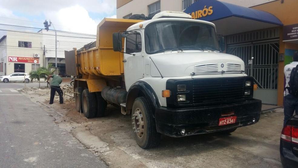-  Caminhão foi apreendido, e motorista, multado em Fortaleza  Foto: Agefis/Divulgação