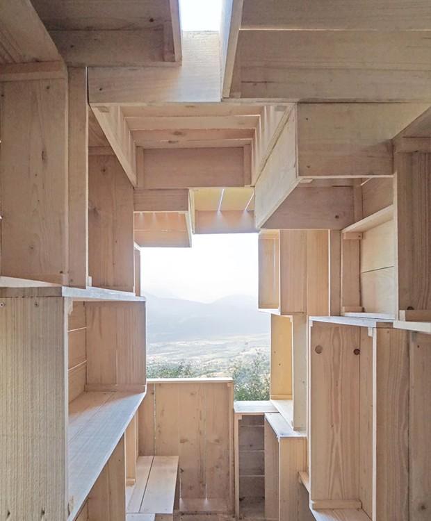 As caixas no interior formam paredes irregulares, garantindo privacidade (Foto: Designboom/ Reprodução)