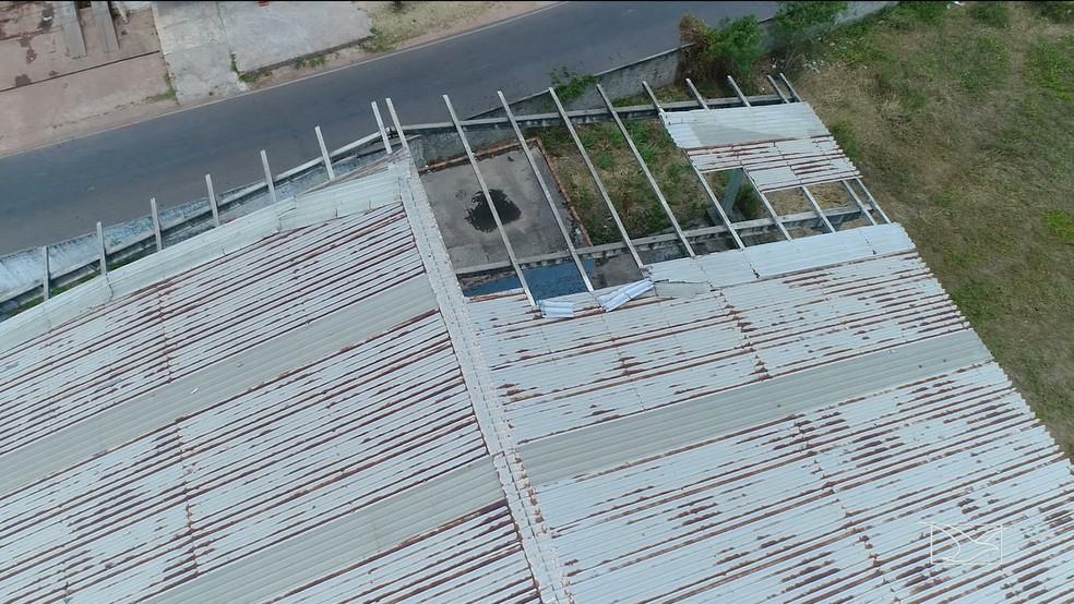 Teto da quadra de esportes da UEB Mata Roma está com o teto caindo — Foto: Reprodução/Mirante