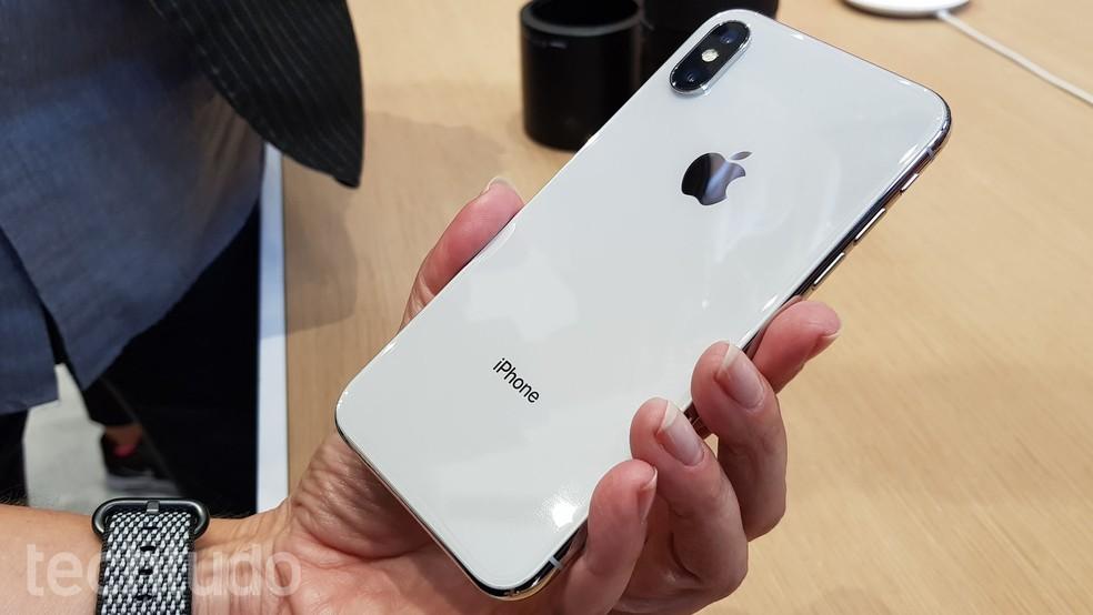 iPhone X tem nova cor prateada, além da clássica cinza espacial (Foto: Thássius Veloso/TechTudo)