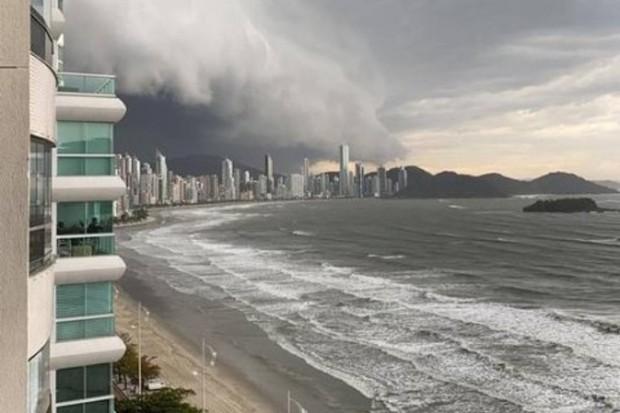 Visão de uma moradora do litoral que fotografou a chegada da tempestade (Foto: Reprodução de rede social)