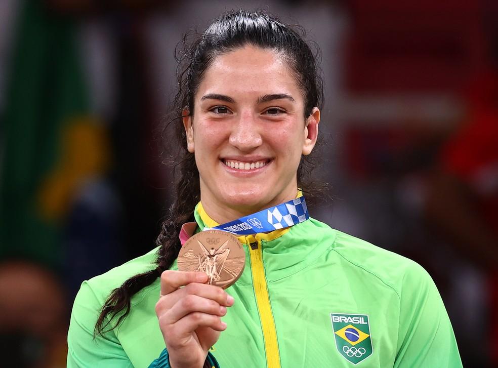 Mayra Aguiar exibe a medalha de bronze conquistada na categoria até 78kg — Foto: REUTERS/Sergio Perez