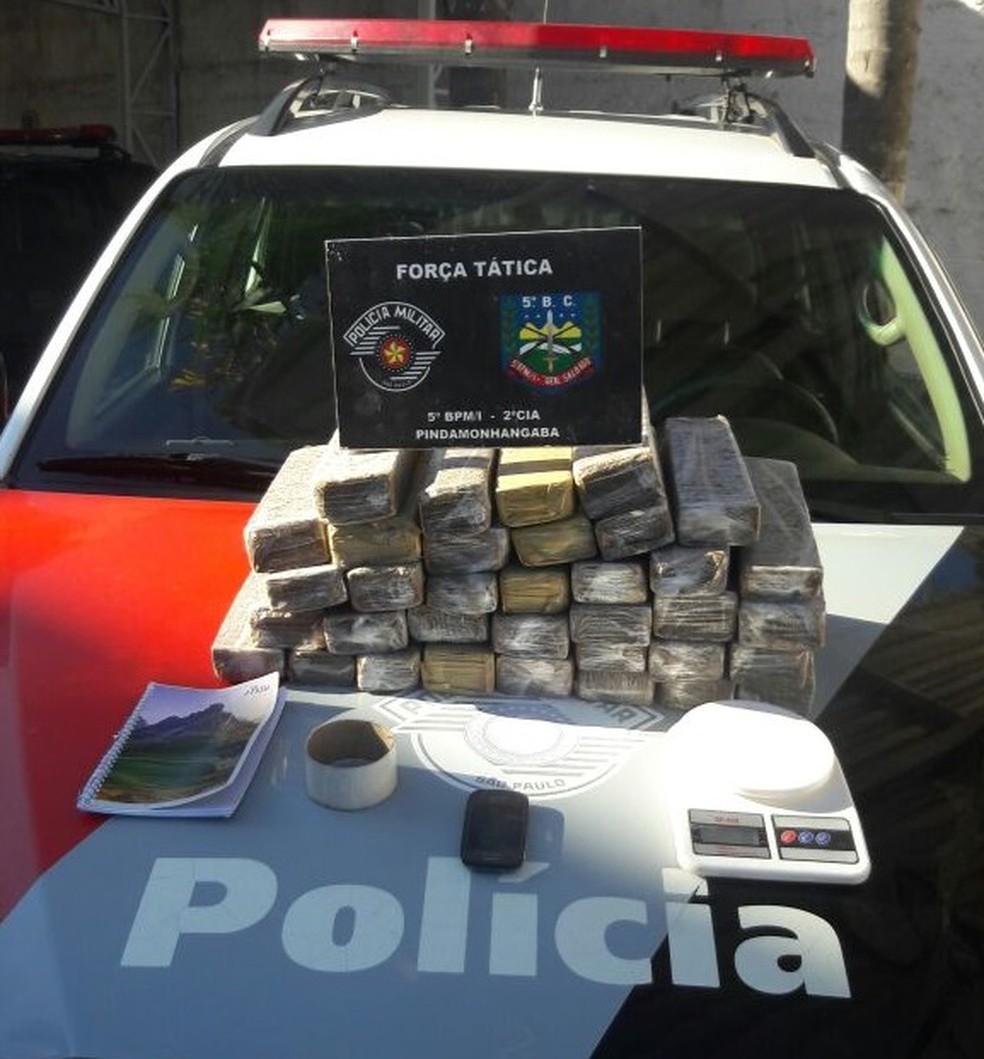 Polícia Militar apreende 35 tijolos de maconha e materiais relacionados ao tráfico de drogas. (Foto: Polícia Militar/Divulgação)