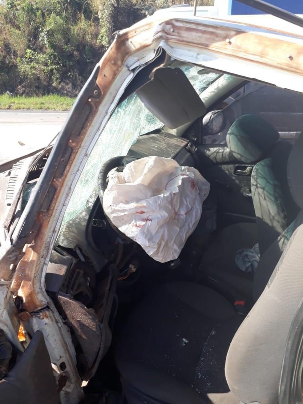 Caminhonete teve a frente completamente destruída com o impacto (Foto: Samu/Divulgação)