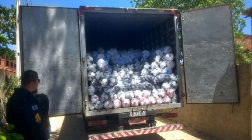 Polícia apreendeu uma arma de fogo, prendeu uma pessoa e recuperou um caminhão de carga roubado, contendo 114 mil reais em rolos de tecido. (Foto: SSPDS/Divulgação)