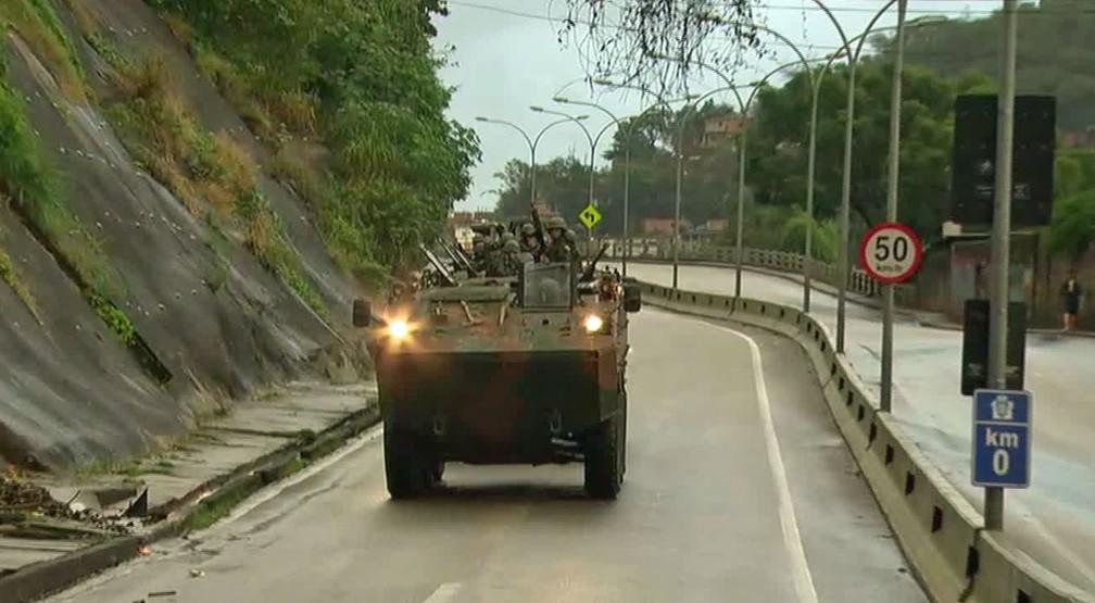 Blindado do Exército na Autoestrada Grajaú-Jacarepaguá (Foto: Reprodução/TV Globo)