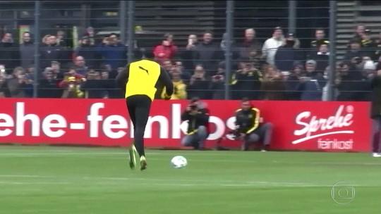 Bolt participa de treino do Borussia e marca gol de pênalti