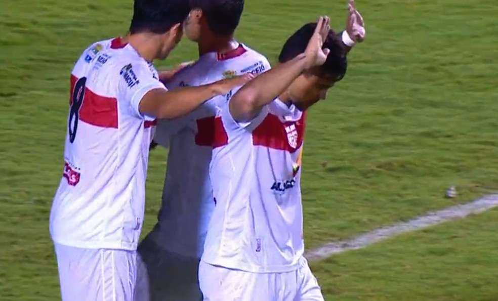 Léo Ceará marcou contra o Vitória no Barradão e não comemorou — Foto: Reprodução Sportv