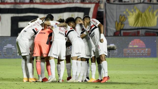Jogadores do São Paulo reunidos antes de a bola rolar