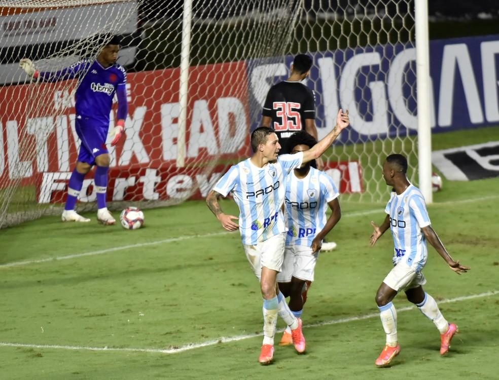 Vasco é derrotado com gol de pênalti no fim — Foto: André Durão