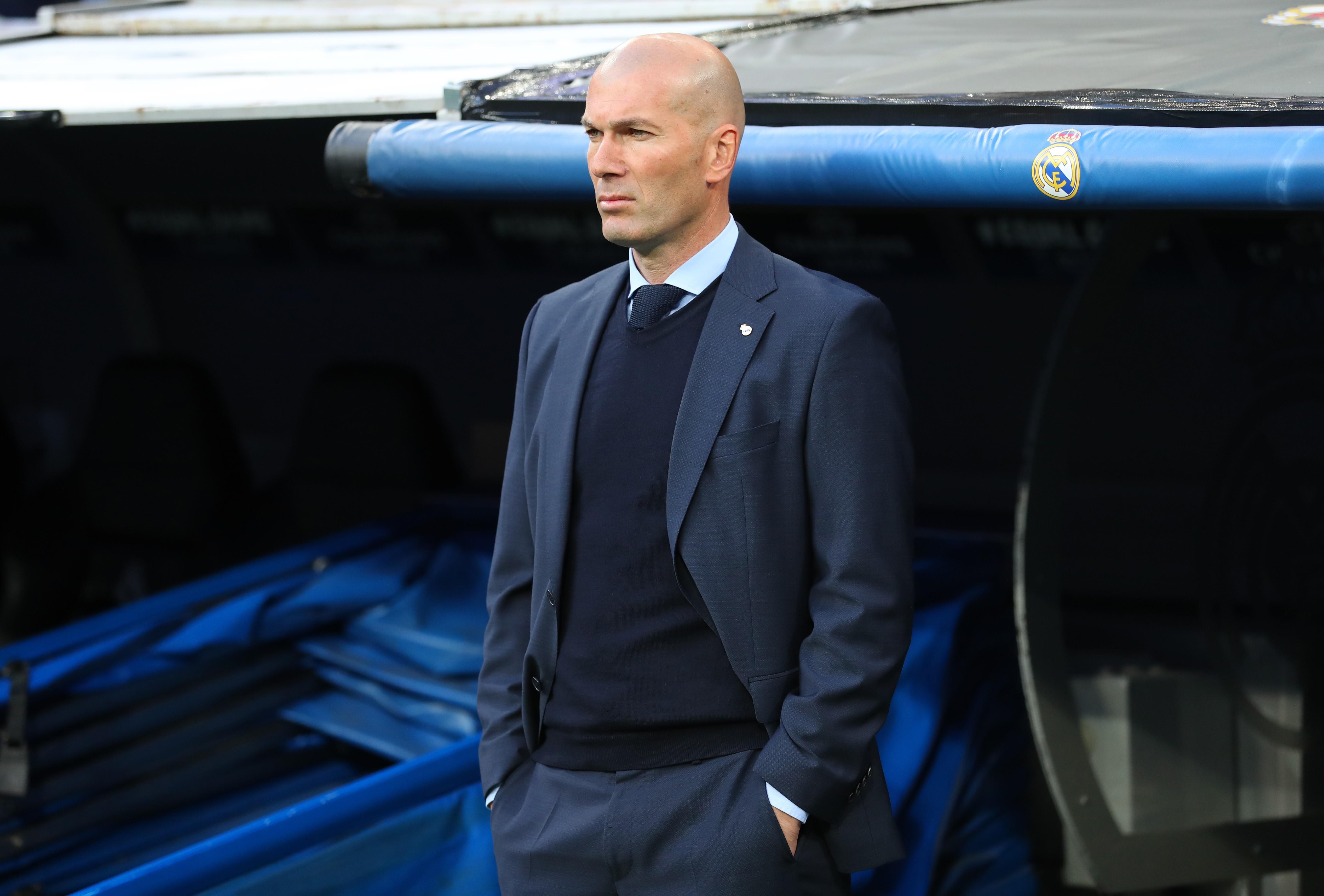 Zidane à beira do campo: costumes escuros, camisas claras e gravatas (Foto: Getty Images / Catherine Ivil)
