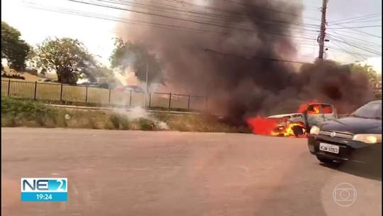Caminhonete pega fogo e fica destruída no Recife