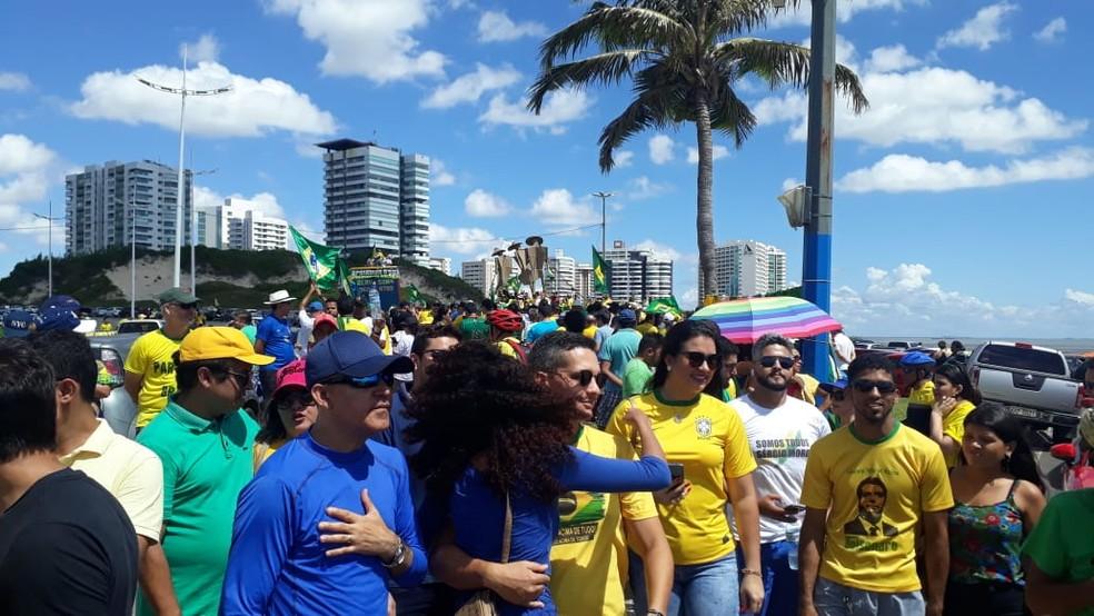 SÃO LUÍS, por volta das 11h: manifestantes vestidos com as cores da bandeira do Brasil — Foto: Elbio Carvalho/TV Mirante