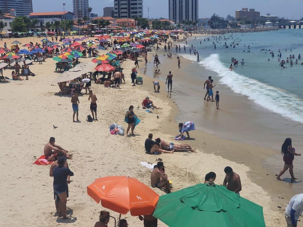 Praia de Iracema, em Fortaleza, reuniu multidão de banhistas neste feriado.  — Foto: Kilvia Muniz