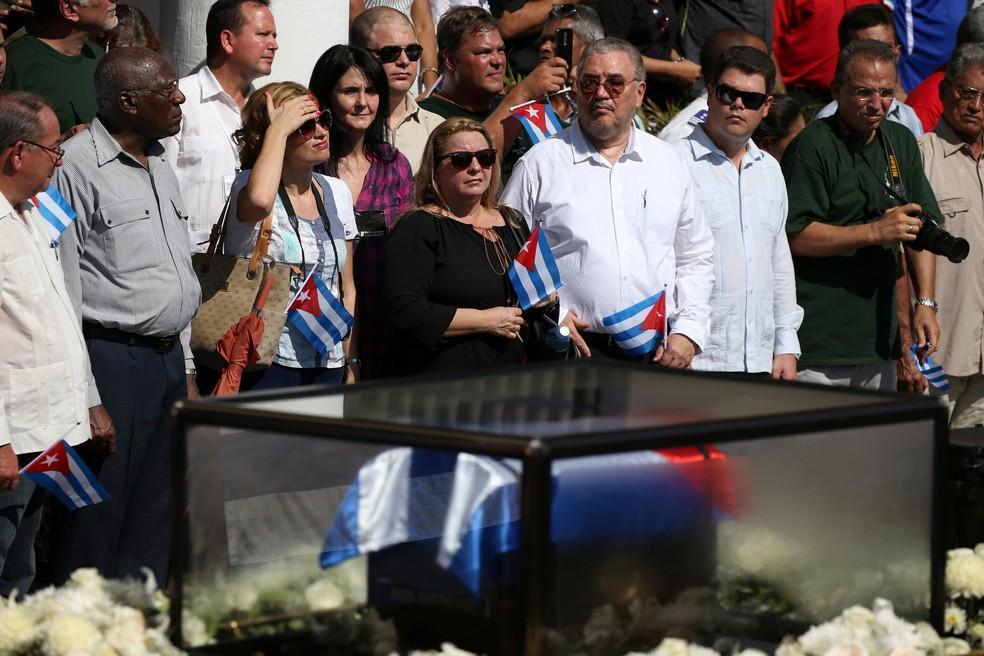 Fidel Castro Diaz-Balart (o quarto a partir da direita com uma bandeira na mão) foi visto pela última vez no dia do enterro do pai, Fidel Castro, em Santiago de Cuba, em 3 de dezembro de 2016 (Foto: Carlos Garcia Rawlins/ Reuters)