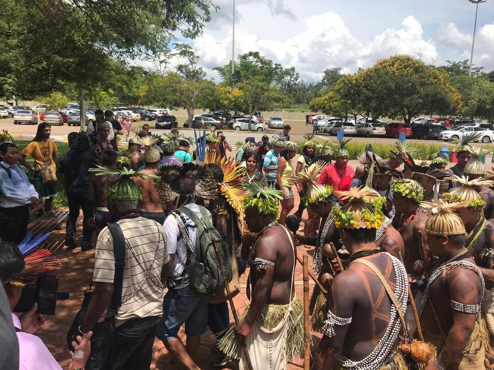Grupo de índios se concentrou na sede do governo de transição para pedir audiência com governo Bolsonaro — Foto: Guilherme Mazui, G1