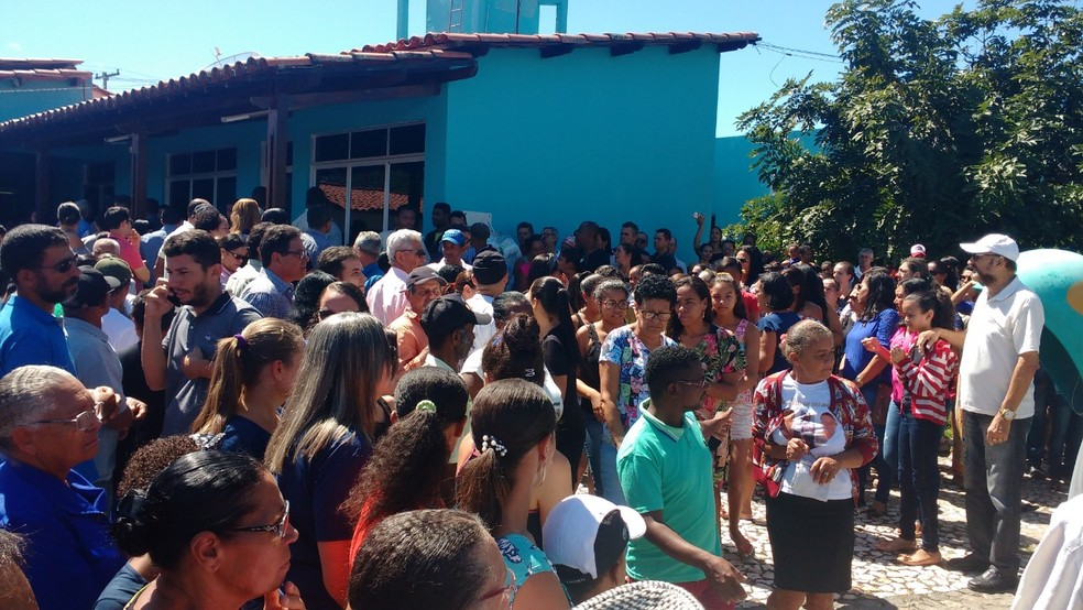 Familiares, amigos e políticos estiveram presente no velório e sepultamento do ex-prefeito — Foto: Jorge Luiz/Caboronga Notícias