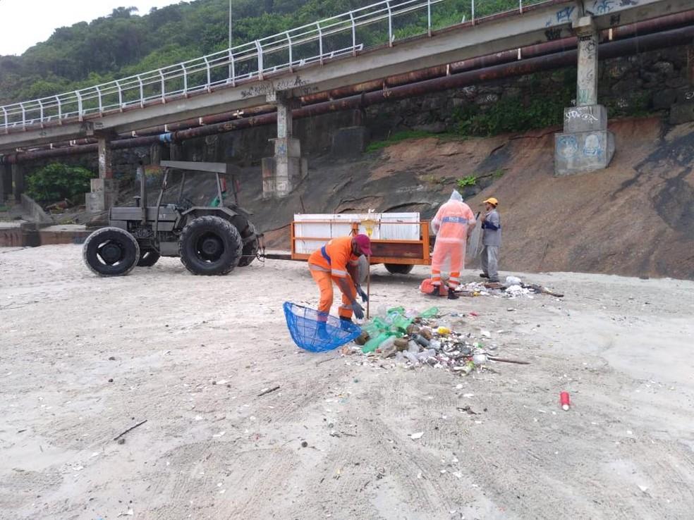 Comlurb remove lixo da Praia de São Conrado — Foto: Divulgação/Comlurb