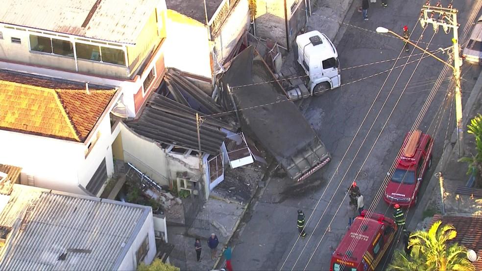 Caminhão colide em três casas na região de Aricanduva (Foto: Reprodução/TV Globo)