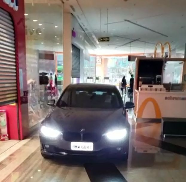 Shopping adota drive-thru e libera carros nos corredores das lojas para retirada de compras em Botucatu