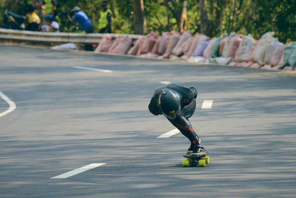 Thiago Lessa competindo no downhill — Foto: Owen Licop