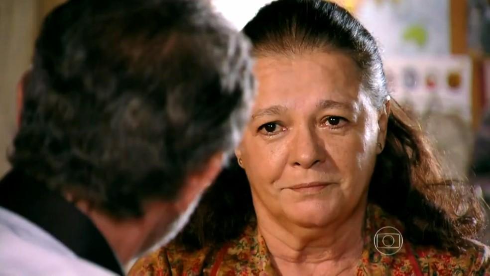 Olívia (Bete Mendes) incentiva Duque (Jean Pierre Noher) a contar a Amaralina (Sthefany Brito) que ele é seu avô - 'Flor do Caribe' — Foto: Globo