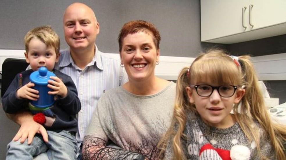 Leia (à dir) com os pais e o irmão; ela superou as expectativas iniciais da cirurgia — Foto: Guy's and St Thomas/ NHS