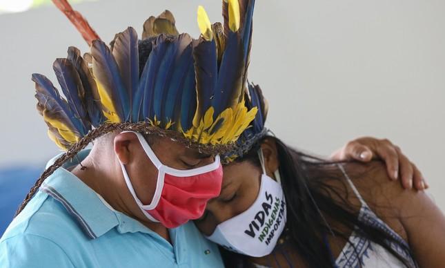 Indígenas em funeral em Manaus de vítima de Covid-19