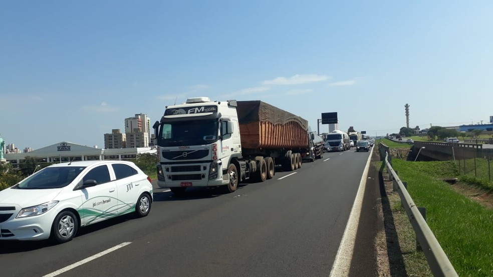 O trecho urbano da rodovia Marechal Rondon (SP-300) em Bauru ficou interditado por cerca de meia hora — Foto: Romeu Neto/TV TEM
