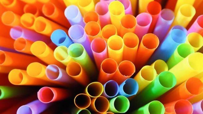 Plástico tem efeitos tóxicos para o meio ambiente  (Foto: Jenjira Indon/Getty Images/via BBC News Brasil)