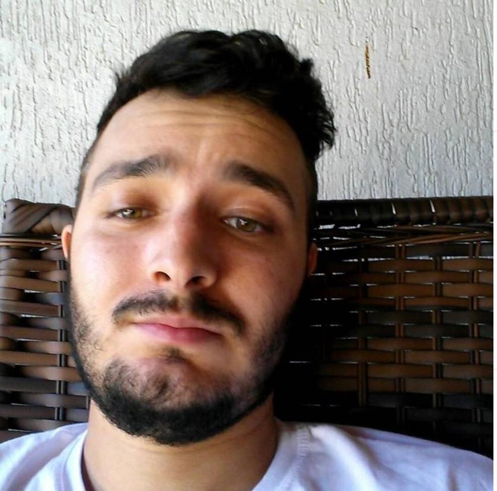 Anderson Marcelo Lopes Caldeira, de 28 anos, morreu após ser baleado na cabeça — Foto: Facebook/Reprodução