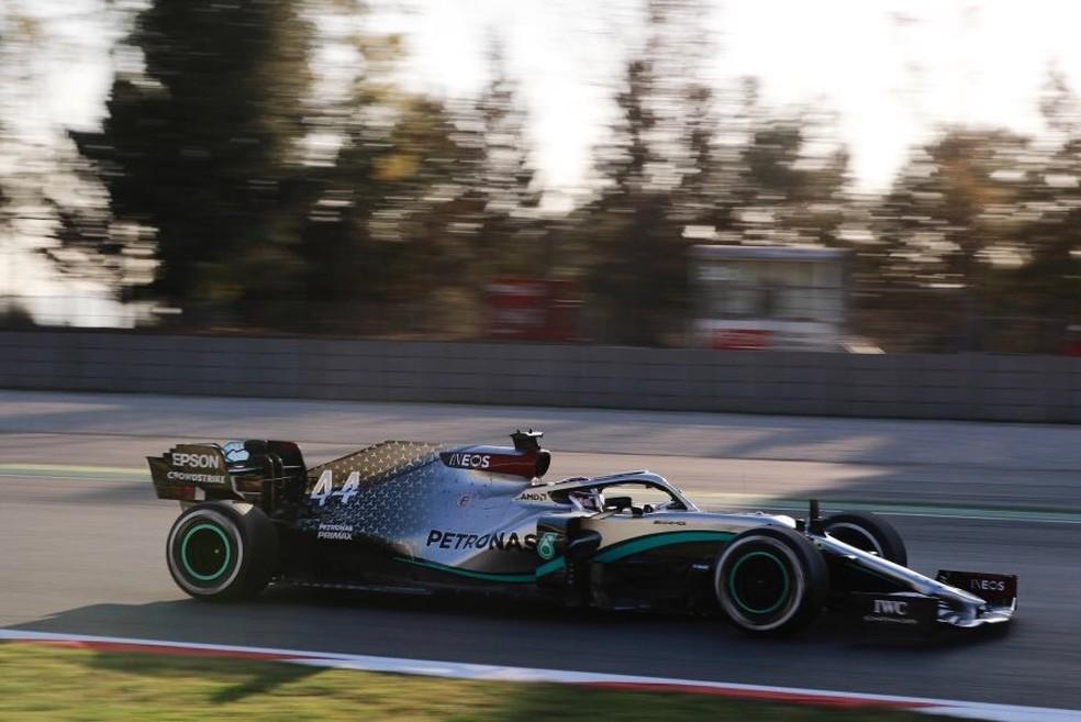 Hamilton acelera carro da Mercedes em Barcelona — Foto: Divulgação
