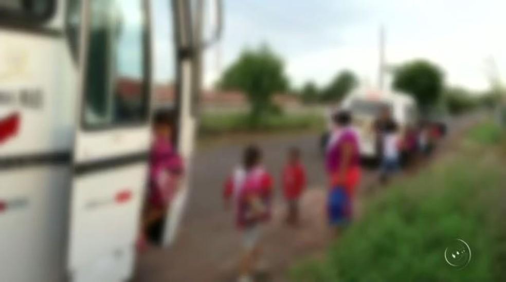 Ônibus quebrou e estudantes foram transferidos para outros transportes para chegar às escolas (Foto: Reprodução/TV TEM)