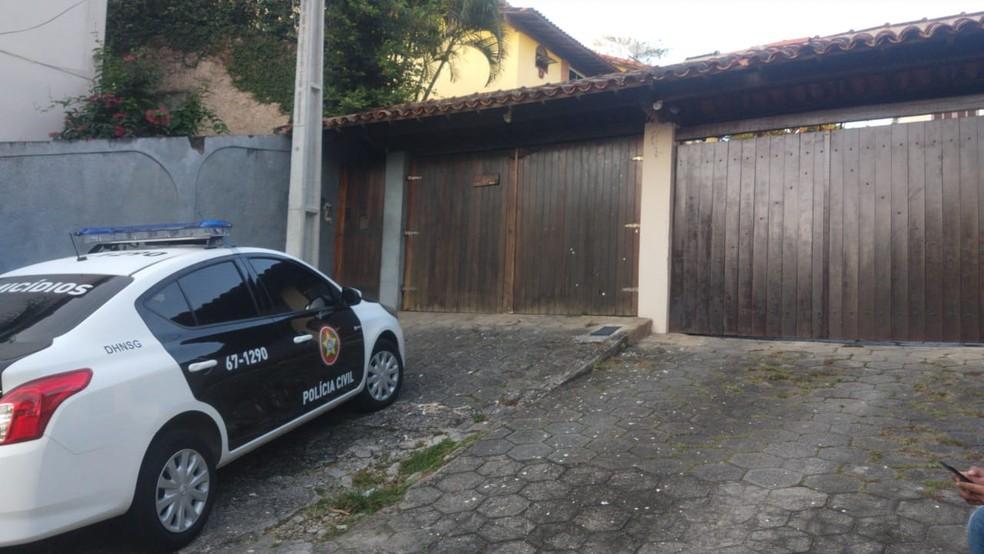 Polícia cumpre mandado de busca na casa onde o pastor Anderson foi morto — Foto: Reprodução/TV Globo
