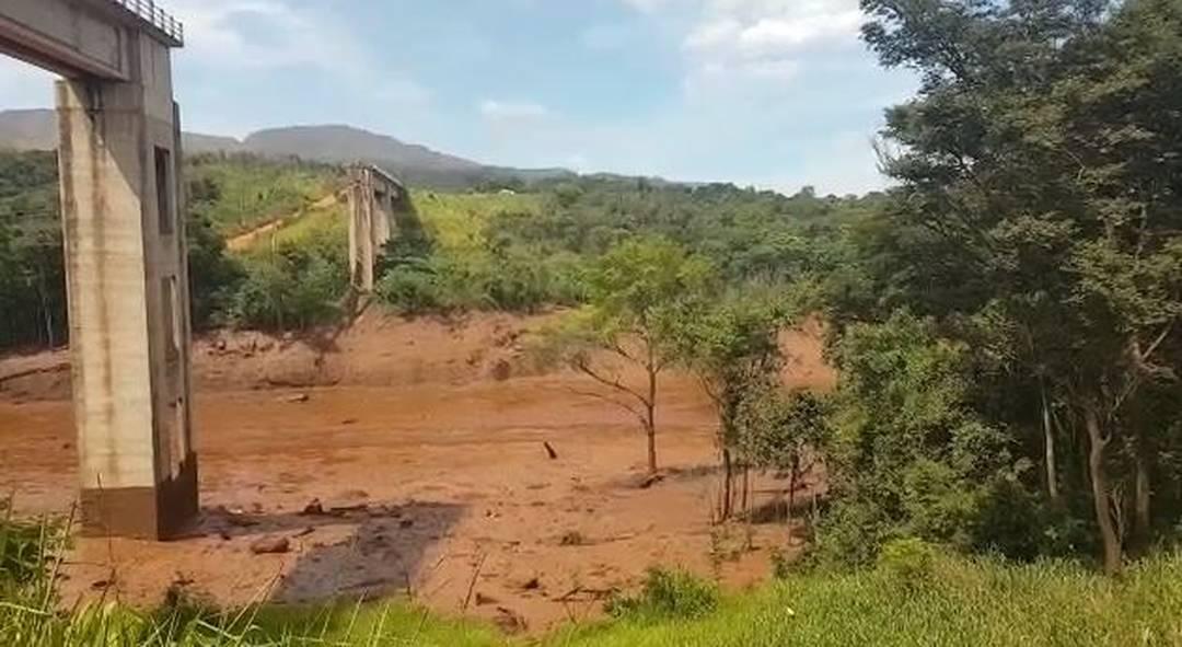 Ponte de linha férrea parece ter sido destruída pela lama