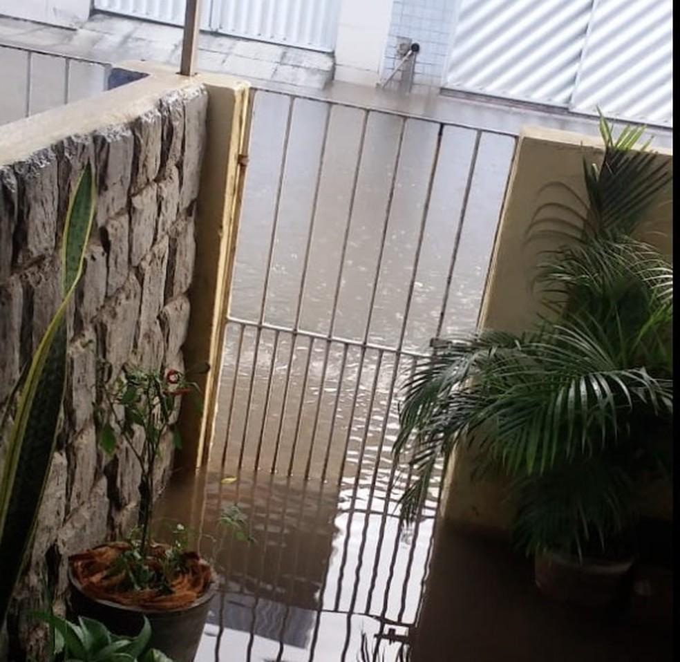 Rua Gratuliano Glasner, localizada no bairro do Cordeiro, na Zona Oeste do Recife, na manhã desta quarta-feira (14) — Foto: Reprodução/WhatsApp