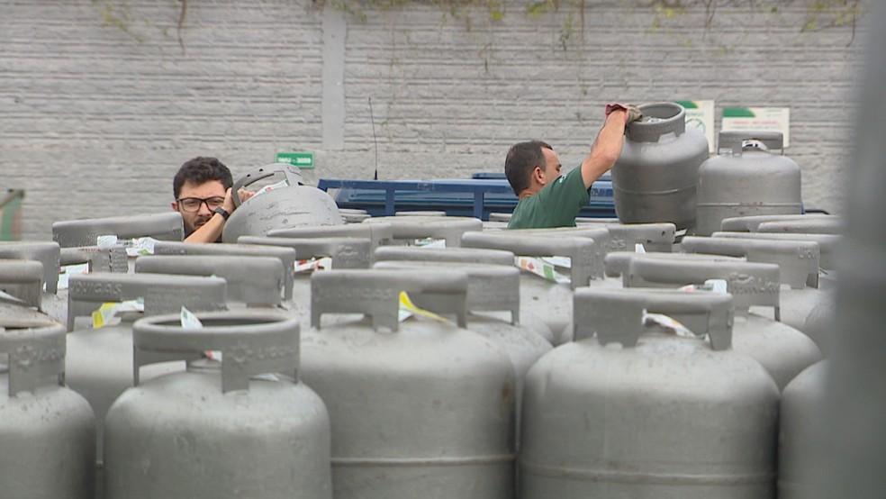 Botijão de gás passou de R$ 75,29 no final de 2020 a R$ 96,89 no início de outubro — Foto: Reprodução / RBS TV
