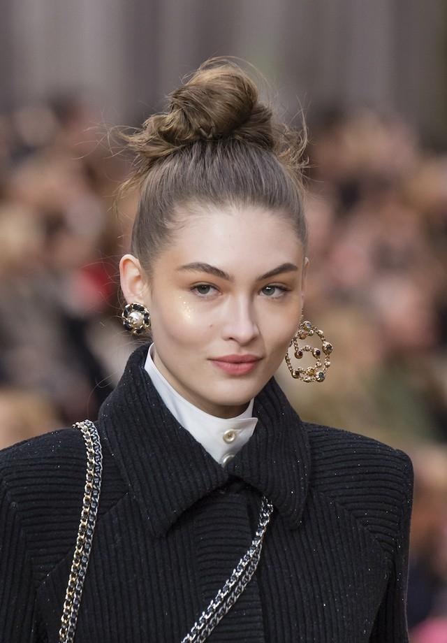 Grace Elizabeth na passarela de inverno 2019 da Chanel (Foto: Backgrid)