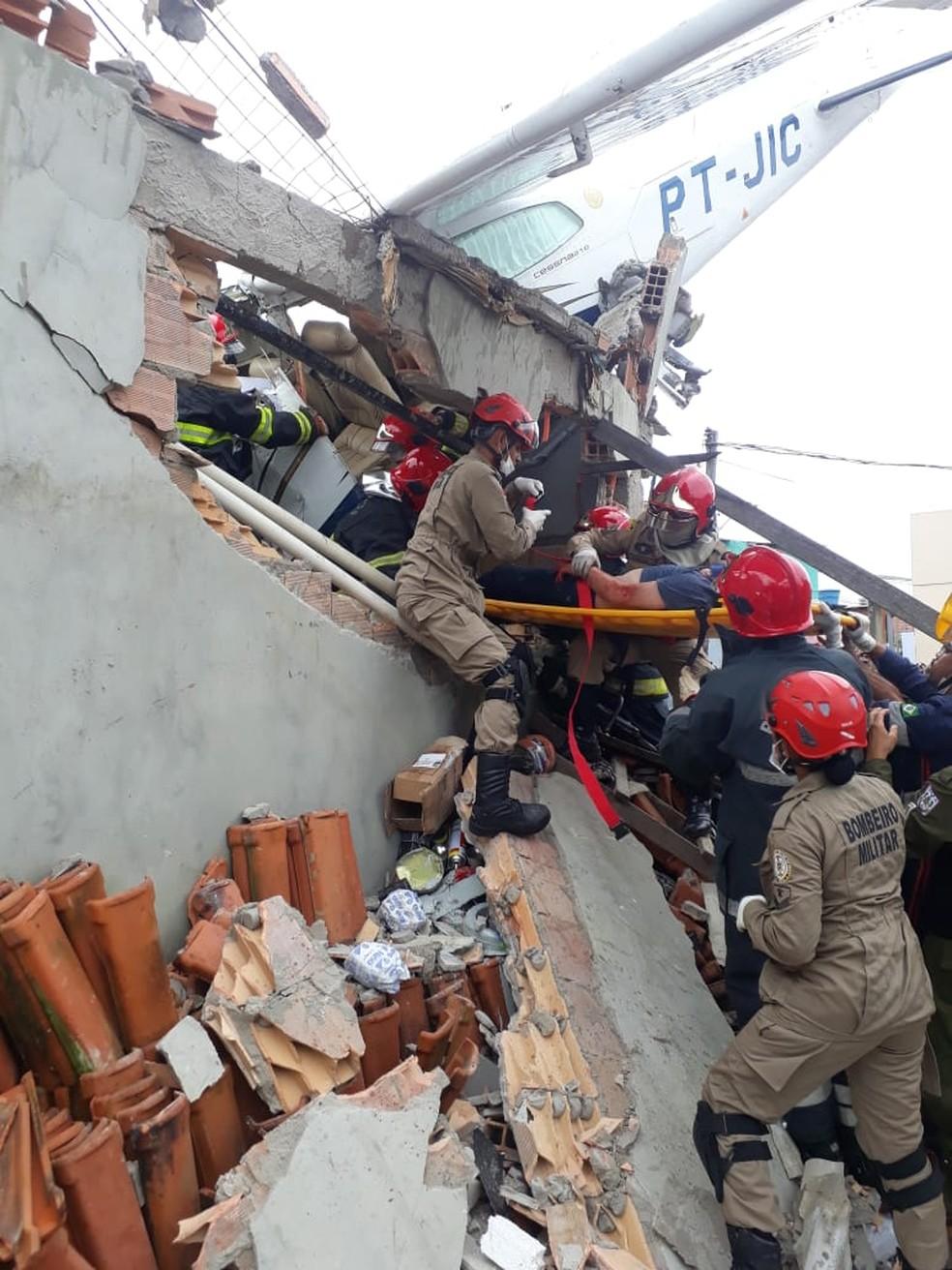 Bombeiros trabalham no resgate de vítimas da queda de monomotor, em Belém. — Foto: Reprodução/TV Liberal