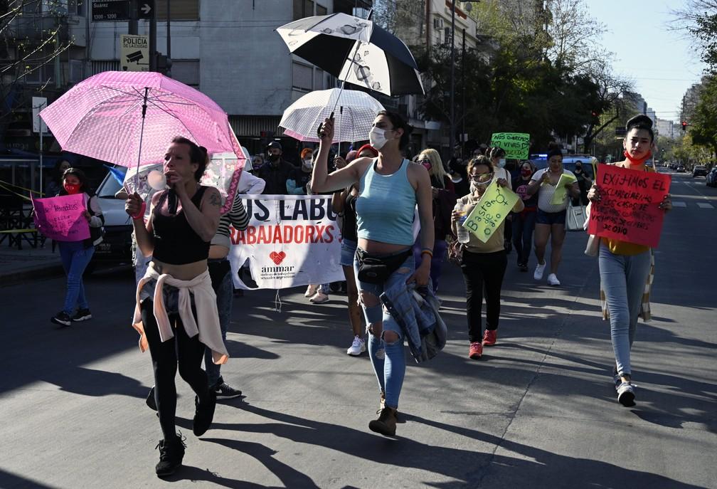 Manifestação em Buenos Aires nesta segunda (21) pediu fim à violência policial contra profissionais do sexo na Argentina — Foto: Juan Mabromata/AFP