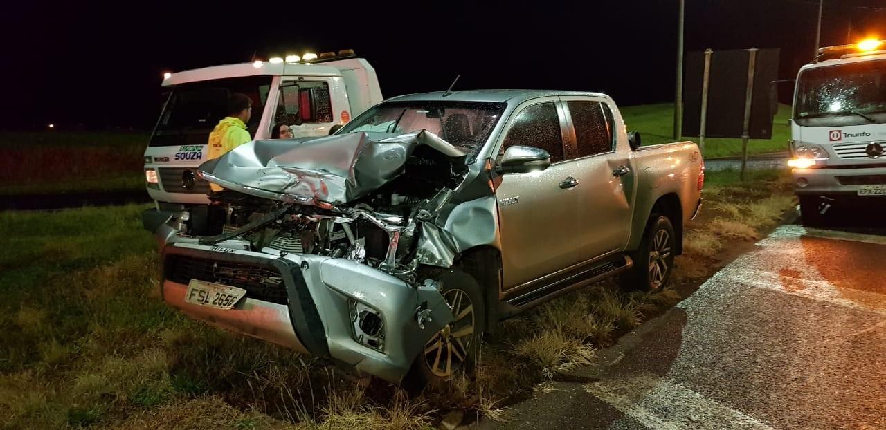 Caminhonete fica destruída após atropelar vaca na rodovia em Lins  - Noticias