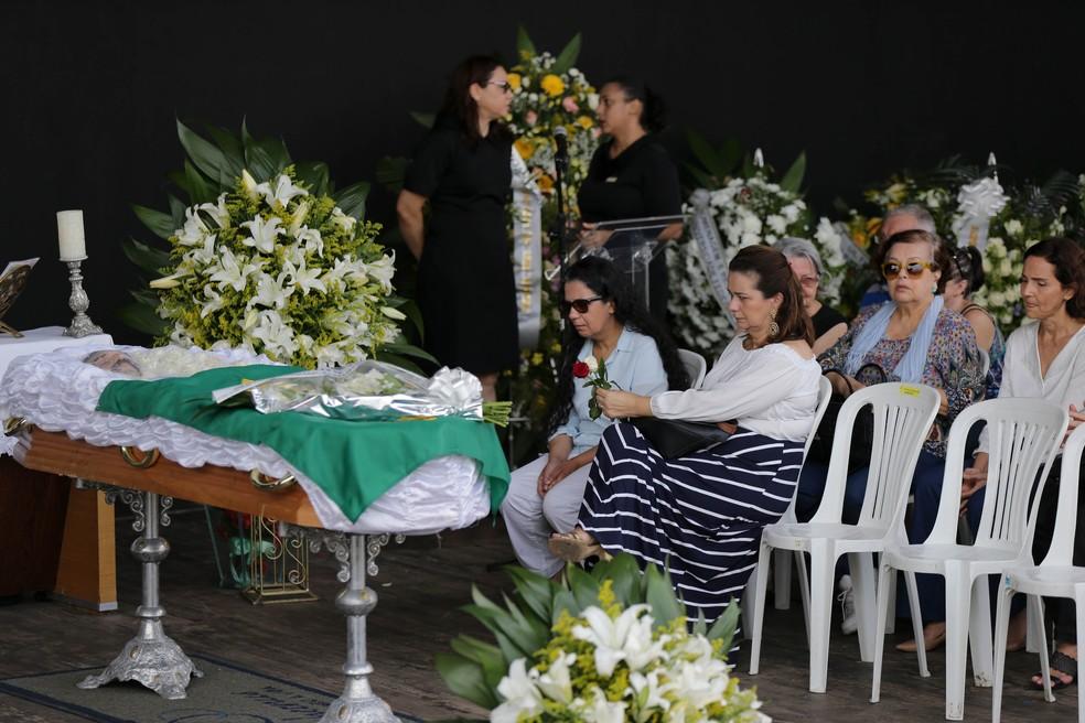 Mulher de Belchior, Edna, e familiares no enterro do cantor em Fortaleza  (Foto: Helene Santos/Diário do Nordeste)
