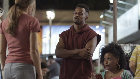 Ramon se irrita ao ouvir Paloma falando de Marcos: 'Por que você sonha com esse cara?'
