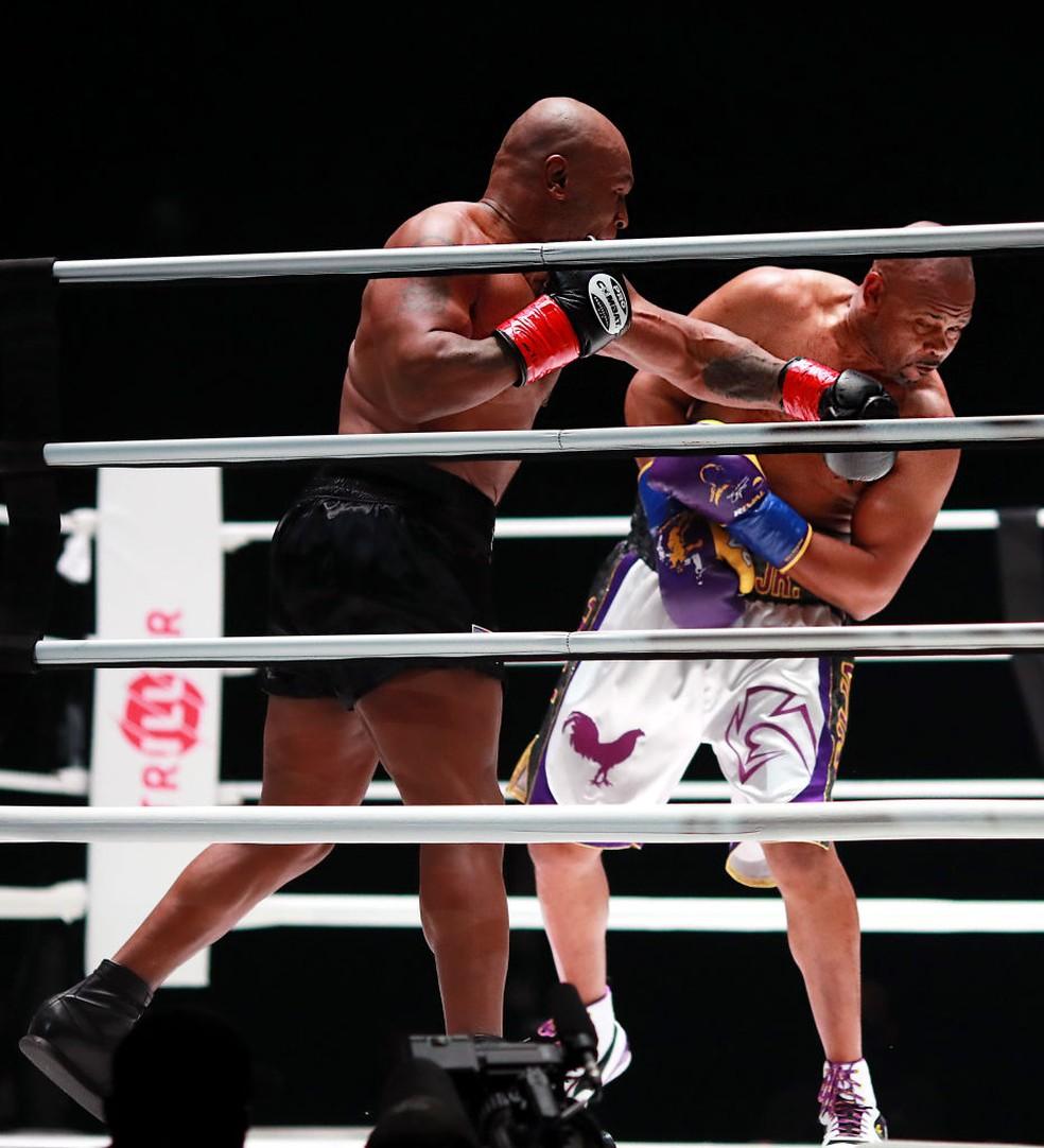 Mike Tyson ataca Roy Jones Jr — Foto: Joe Scarnici/Getty Images for Triller
