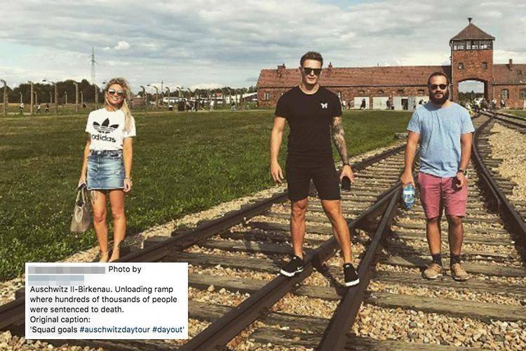 Turistas posam em Auschwitz