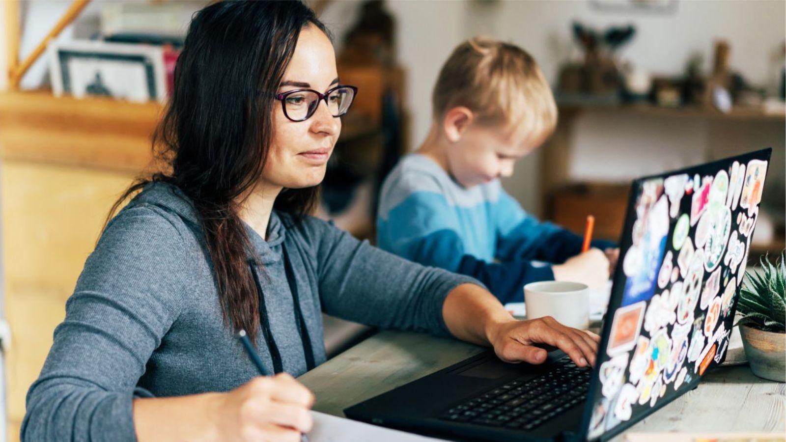 Mães que empreendem se dividem entre negócios e família