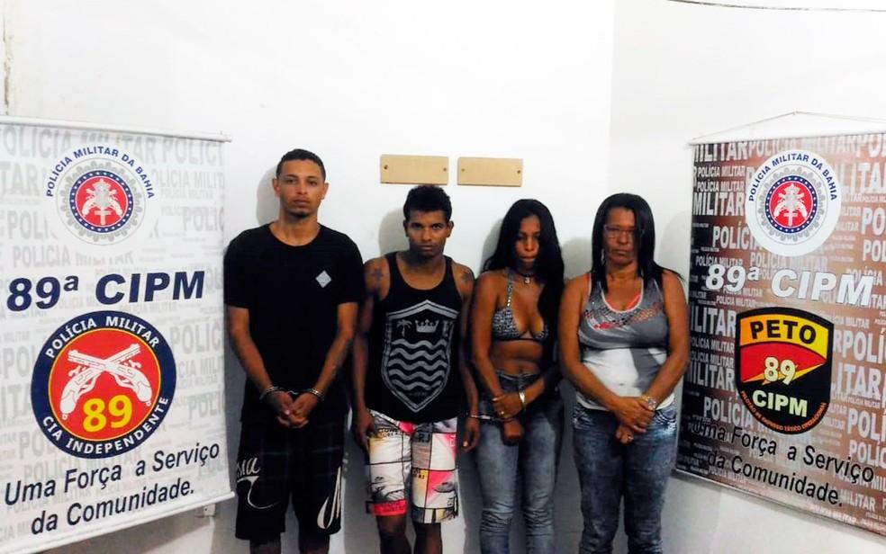 Mãe e filhos são presos suspeitos de tráfico de drogas e participação em grupo criminoso (Foto: Divulgação/89ªCIPM)