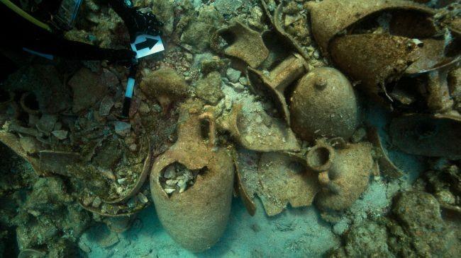 Itens encontrados em navio que naufragou próximo à costa grega (Foto: Divulgação/Anastasis Agathos/Ephorate of Underwater Antiquities)